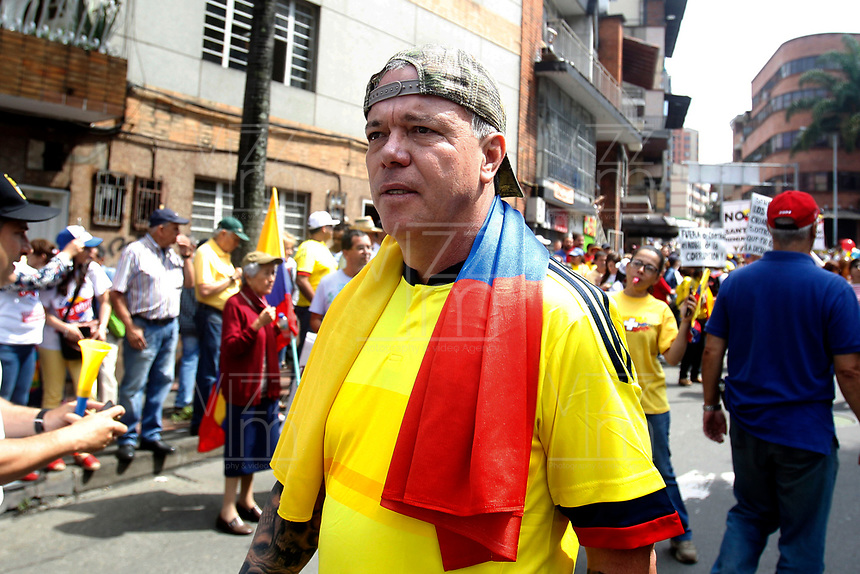 """MEDELLÍN - COLOMBIA, 02 - 04 - 2017:  John Jairo Velasquez, exmiembro del cartel del narcotráfico de Medellin, alias """"Popeye"""", es visto durante la marcha convocada por Alvaro Uribe y el centro Democrático en contra del gobierno del presidente Juan Manuel Santos. El recorrido se realizo por las principales calles de la ciudad de Medellín, Colombia. / John Jairo Velasquez, former member of the drug cartel of Medellin, alias """"Popeye"""", is seen in the politcal march convened by Alvaro Uribe and Centro Democratico party against the president Juan Manuel Santos government. The tour was made by the main streets of the city Medellin, Colombia . Photo: VizzorImage/ León Monsalve / Cont"""
