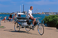 Daenemark, Fahrradrikscha beim Seefahrtsdenkmal in  Kopenhagen