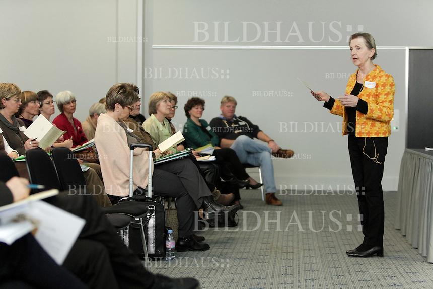 """Susanna Fassbind, Tagungsleiterin, spricht an der Fachperson Betreuung Berufsverband Schweiz, Fachtagung """"Perspektiven fuer die Betreuung - gesichert und menschenfreundlich!"""" am 3. Februar 2012 in Olten. © Bruno Arnold"""