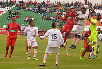 TUNJA - COLOMBIA - 18 - 03 - 2018: Davison Monsalve (Izq.) jugador de Patriotas F. C., disputa el balón con Santiago Londoño (Der.) guarameta de Envigado F. C., durante partido entre Patriotas FC y Envigado F. C., de la fecha 9 por la Liga de Aguila I 2018 en el estadio La Independencia en la ciudad de Tunja. / Davison Monsalve (L) of Patriotas F. C., figths the ball with Santiago Londoño (R) goalkeeper of Envigado F. C., during a match between Patriotas F. C. and Envigado F. C., of the 9th date for the Liga de Aguila I 2018 at La Independencia stadium in Tunja city. Photo: VizzorImage  /  Jose Miguel Palencia / Cont.