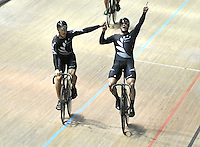 CALI – COLOMBIA – 26-02-2014: Ethan Mitchel, y Edward Dawkins de Nueva Zelanda celebran la medalla de oro durante final de Embalaje Equipos varones en el Velodromo Alcides Nieto Patiño, sede del Campeonato Mundial UCI de Ciclismo Pista 2014. / : Ethan Mitchel, and Edward Dawkins of New Zealand celebrate the gold medal during final of the test of the Men´s Team Sprint in Alcides Nieto Patiño Velodrome, home of the 2014 UCI Track Cycling World Championships. Photos: VizzorImage / Luis Ramirez / Staff.