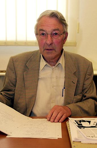 Der wegen Volksverhetzung angeklagte NPD- Funktionaer und Naziterrorist Manfred Roeder (72 Jahre) wurde am Freitag den 29. Juni 2001 in Rostock zu zwei Jahren und drei Monaten Haft ohne Bewaehrung verurteilt. Er hatte 1998 waehrend einer Wahlkampfrede in Mecklenburg-Vorpommern den damaligen Vorsitzenden der juedischen Gemeinde in Deutschland, Ignatz Bubis, beleidigt und zum Umsturz in Deutschland aufgerufen.<br /> 29.6.2001, Rostock<br /> Copyright: Christian-Ditsch.de<br /> [Inhaltsveraendernde Manipulation des Fotos nur nach ausdruecklicher Genehmigung des Fotografen. Vereinbarungen ueber Abtretung von Persoenlichkeitsrechten/Model Release der abgebildeten Person/Personen liegen nicht vor. NO MODEL RELEASE! Nur fuer Redaktionelle Zwecke. Don't publish without copyright Christian-Ditsch.de, Veroeffentlichung nur mit Fotografennennung, sowie gegen Honorar, MwSt. und Beleg. Konto: I N G - D i B a, IBAN DE58500105175400192269, BIC INGDDEFFXXX, Kontakt: post@christian-ditsch.de<br /> Bei der Bearbeitung der Dateiinformationen darf die Urheberkennzeichnung in den EXIF- und  IPTC-Daten nicht entfernt werden, diese sind in digitalen Medien nach &sect;95c UrhG rechtlich geschuetzt. Der Urhebervermerk wird gemaess &sect;13 UrhG verlangt.]
