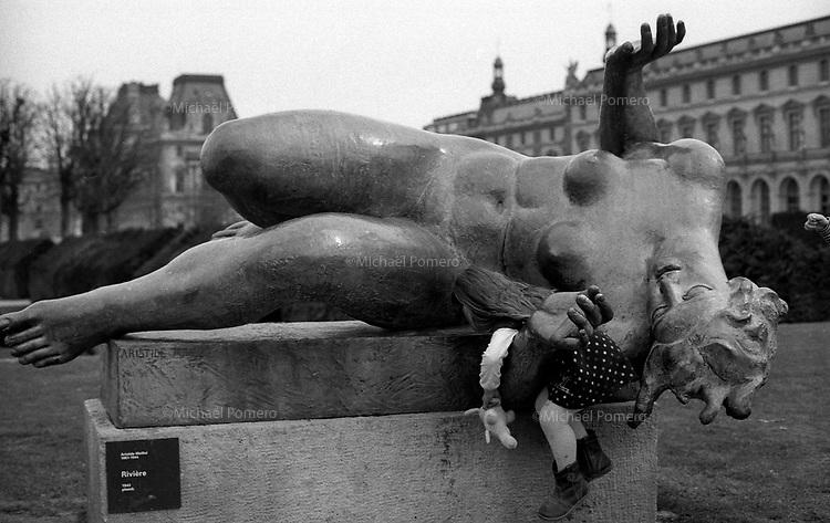 03.2010 Paris (île de france)<br /> <br /> Enfant sur une statue.<br /> <br /> Child on a statue.