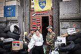 Wachen am Eingang des Postgebäudes , Mitglieder des Pravyj Sektor im besetzten Postgebäude in Kiew / Members of the Prawy Sektor in an occupied postoffice.
