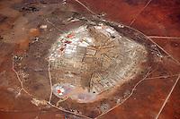 Salzgewinnung: AFRIKA, SUEDAFRIKA, NORTHERN CAPE, 12.01.2014: Salt Lake, Salzgewinnung durch Verdunstung salzhaltiger Loesung. Salinen oder Salzgarten.