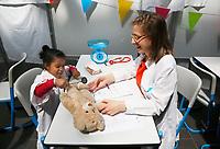 Nederland Amsterdam - 2019.    Teddy Bear Hospital in het Academisch Medisch Centrum. (Foto mag niet in negatieve / schadelijke context gepubliceerd worden). Teddy Bear Hospital (TBH) is één van de grootste projecten van IFMSA-NL. Het TBH is een rollenspel. Dat houdt in dat kleuters van vier t/m zes jaar hun beer of een andere knuffel meenemen naar een nagebootst ziekenhuis. Geneeskunde studenten spelen voor arts en behandelen de knuffels. Het doel van Teddy Bear Hospital is om kinderen op een speelse manier kennis te laten maken met de gezondheidszorg, om zo de angst voor dokters en het ziek-zijn enigszins weg te nemen. Bovendien leert het medische studenten om te gaan met kinderen en trainen ze hun communicatieve vaardigheden. Foto Berlinda van Dam / Hollandse Hoogte