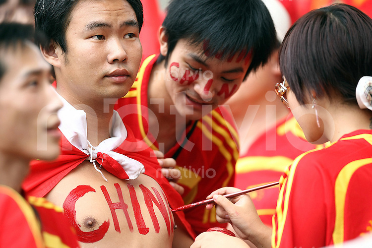 Fussball   International  5. FIFA Frauen Weltmeisterschaft in China     Viertelfinale Norwegen - China Norway vs. China Ein chinesischer Fan laesst sich China auf seine Brust malen.
