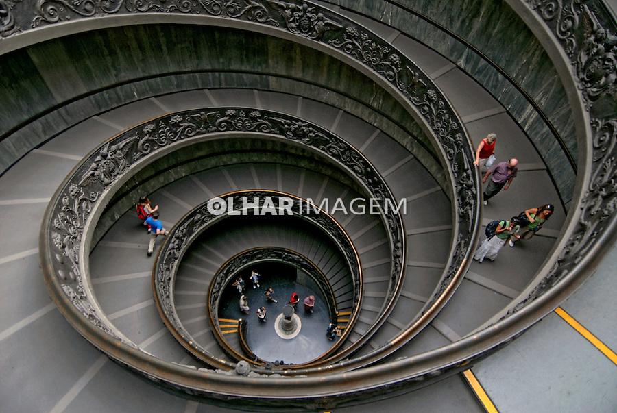 Escadaria no Museus do Vaticano. Roma. Itália. 2006. Foto de Luciana Whitaker.