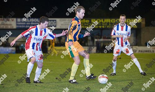 2010-03-20 / voetbal / seizoen 2009-2010 / Racing Mol-Wezel - K. SK Hasselt / Geert Henderix (m) (K. SK Hasselt) schermt de bal af voor Mathias Rombouts (l) (Racing Mol-Wezel) onder het waakzaam oog van Sammy Greven (r) (Racing Mol-Wezel)