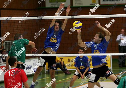 2009-09-12 / Volleybal / seizoen 2009-2010 / Vosselaar - Mendo Booischot / Indecleef en Van Veen (r) zien hoe Bockx van Mendo de bal niet over het net krijgt..Foto: Maarten Straetemans (SMB)