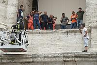 Protesta dei  salta-fila,un uomo minaccia di buttarsi dal Colosseo