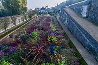 France, Indre-et-Loire (37), Rigny-Ussé, château et jardin d'Ussé en octobre, la terrasse inférieure et les plates-bandes de plantes annuelles