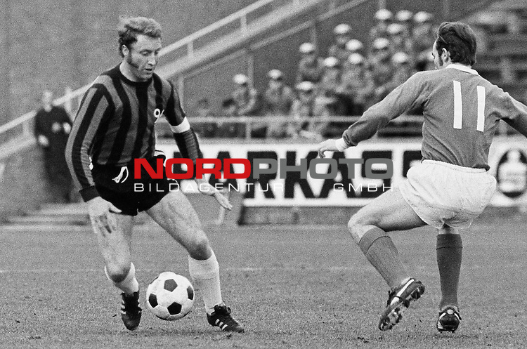 Aus DFB Pokal Hannover 96 gegen Werder Bremen 0-2 am 01.04.1972. Am Ball Han96 Spieler Hans Siemensmeyer gegen Karl- Heinz Kamp ??.                                                                                                    Foto:  /  nph (  nordphoto  )