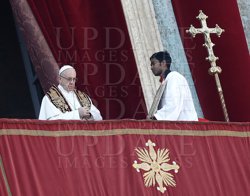Papa Francesco impartisce la benedizione Urbi et Orbi in occasione del Natale, dalla loggia centrale della Basilica di San Pietro, Citta' del Vaticano, 25 dicembre 2017.<br /> Pope Francis delivers the Urbi et Orbi (To the City and to the World) blessing on the occasion of the Christmas day from the central loggia of St. Peter's Basilica at the Vatican, 25 December 2017.<br /> UPDATE IMAGES PRESS/Isabella Bonotto<br /> <br /> STRICTLY ONLY FOR EDITORIAL USE