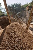 ETHIOPIA , Dire Dawa , sieving of sand for construction/ AETHIOPIEN, Dire Dawa, sieben von Bausand fuer Hausbau
