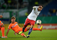 FUSSBALL   DFB POKAL   SAISON 2013/2014   2. HAUPTRUNDE Hamburger SV - SpVgg Greuther Fuerth                 24.09.2013 Tolgay Arslan (re, Hamburger SV) enteilt Florian Trinks (li, Fuerth)