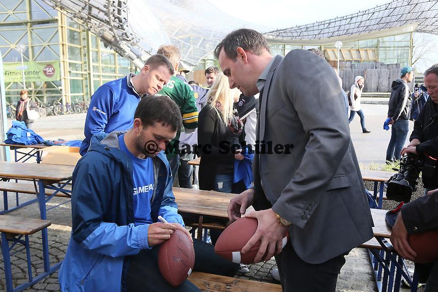 NFL Superstar QB Andrew Luck (Indianapolis Colts) bei der Autogrammstunde mit den Fans im Münchner Olympiapark