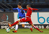 Dong Won Ji (SV Darmstadt 98) gegen Leon Guwara (1. FC Kaiserslautern) - 21.02.2018: SV Darmstadt 98 vs. 1. FC Kaiserslautern, Stadion am Boellenfalltor, 2. Bundesliga
