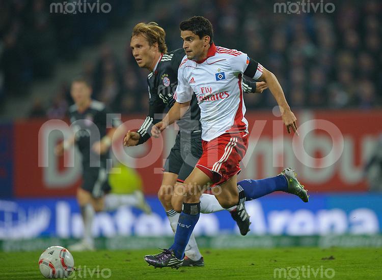Fussball Bundesliga Saison 2010/2011 Hamburger SV - FC Bayern Muenchen V.l.: Andreas OTTL (FC Bayern) gegen Tomas RINCON (HSV).