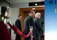 Berlin, Außenminister Frank-Walter Steinmeier (r.) am Mittwoch (26.02.2014) mit dem Ministerpräsidenten der Interimsregierung der Syrischen Nationalen Koalition, Ahmad Tomeh im Auswärtigen Amt. Hauptthemen der Begegnung sind die Genfer Friedensgespräche sowie Wege zur Verbesserung der humanitären Lage der Menschen in den Konfliktgebieten und Deutschlands Engagement. Foto: Steffi Loos/CommonLens