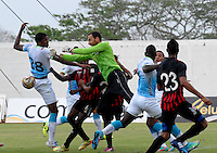 MONTERIA - COLOMBIA -04 -04-2015: William Zapata (Izq.) jugador de Jaguares FC disputa el balón con Michael Etulain (Cent.) portero de Cucuta Deportivo, durante partido entre Jaguares FC y Atletico Junior por la fecha 13 de la Liga Aguila I-2015, jugado en el estadio Municipal de Monteria en la ciudad de Monteria. / William Zapata (L) player of Jaguares FC vies for the ball with Michael Etulain (C) player of Cucuta Deportivo, during a match between Jaguares FC and Cucuta Deportivo for the  date 13 of the Liga Aguila I-2015 at the Municipal de Monteria Stadium in Monteria city, Photo: VizzorImage  / Jose Perdomo / Cont.