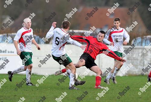 2012-01-08 / Voetbal / seizoen 2011-2012 / Zoersel - Broechem / Van Tendeloo met Thomas Smits (l, Zoersel)..Foto: Mpics.be
