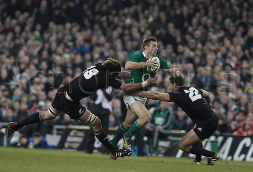 20.11.2010 International Rugby Union from Lansdowne Road Dublin. Ireland v New Zealand. Tommy Bowe (Ireland) attempts to get between Sam Whitelock (New Zealand) and Sonny Bill Williams  (New Zealand) to get to the try line.
