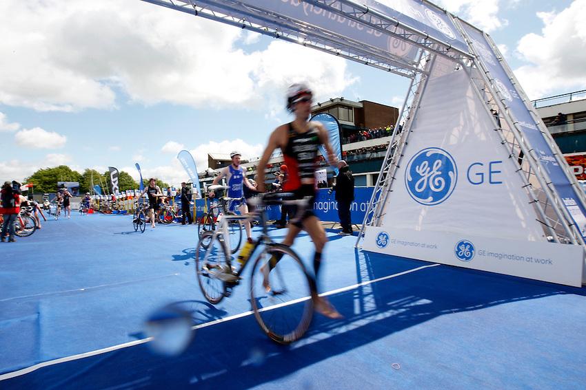Photo: Richard Lane/Richard Lane Photography. GE Strathclyde Park Triathlon. 22/05/2011. Elite Men race transition.