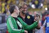 FUSSBALL  1. BUNDESLIGA  SAISON 2013/2014   3. SPIELTAG Borussia Dortmund - Werder Bremen                  23.08.2013 Arnd Zeigler (li) und Trainer Juergen Klopp (Borussia Dortmund) haben viel Spass beim Betrachten eines Iphones