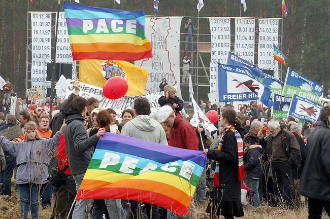 Ostermarsch gegen Bombodrom<br /> Mehr als 10.000 demonstrierten nach Veranstalterangaben am Ostersonntag den 27. Maerz 2005 im brandenburgischen Fretzdorf gegen das von der Bundeswehr geplante Bombodrom. Aufgerufen zu der Demonstration unter dem Motto &quot;Frieden kommt nicht mit Gewalt&quot; hatte unter anderem die Buergerinitiative &quot;Freie Heide&quot;.<br /> Das bei Wittstock geplante Bombenabwurfgelaende wurde in der DDR von der Roten Armee bereits fuer Bombenabwuerfe genutzt und soll nach Willen der Bevoelkerung zukuenftig fuer touristische Zwecke genutzt werden.<br /> 27.3.2005, Fretzdorf/Brandenburg<br /> Copyright: Christian-Ditsch.de<br /> [Inhaltsveraendernde Manipulation des Fotos nur nach ausdruecklicher Genehmigung des Fotografen. Vereinbarungen ueber Abtretung von Persoenlichkeitsrechten/Model Release der abgebildeten Person/Personen liegen nicht vor. NO MODEL RELEASE! Nur fuer Redaktionelle Zwecke. Don't publish without copyright Christian-Ditsch.de, Veroeffentlichung nur mit Fotografennennung, sowie gegen Honorar, MwSt. und Beleg. Konto: I N G - D i B a, IBAN DE58500105175400192269, BIC INGDDEFFXXX, Kontakt: post@christian-ditsch.de<br /> Bei der Bearbeitung der Dateiinformationen darf die Urheberkennzeichnung in den EXIF- und  IPTC-Daten nicht entfernt werden, diese sind in digitalen Medien nach &sect;95c UrhG rechtlich geschuetzt. Der Urhebervermerk wird gemaess &sect;13 UrhG verlangt.]