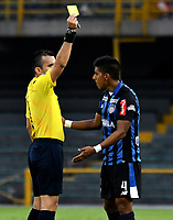 BOGOTA - COLOMBIA - 07 - 05 - 2017: Carlos Andres Betancur (Izq.), arbitro, muestra tarjeta amarilla a Jesus David Murillo (Der.), jugador de Atletico Junior, durante partido de la fecha 16 entre Independiente Santa Fe y Atletico Junior, por la Liga Aguila I-2017, en el estadio Nemesio Camacho El Campin de la ciudad de Bogota. / Carlos Andres Betancur (L), referee, shows yellow card to Jesus David Murillo (L) player of Atletico Junior,  during a match of the date 16th between Independiente Santa Fe and Atletico Junior, for the Liga Aguila I -2017 at the Nemesio Camacho El Campin Stadium in Bogota city, Photo: VizzorImage / Luis Ramirez / Staff.