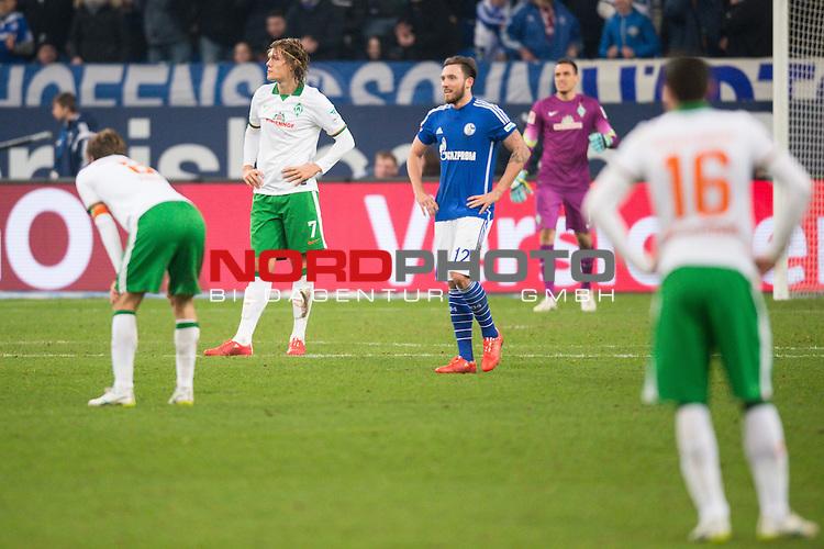21.02.2015, VELTINS Arena, Gelsenkirchen, Deutschland, GER, 1. FBL, FC Schalke 04 vs. SV Werder Bremen, im Bild Clemens Fritz (Bremen #8), Ludovic Obraniak (Bremen #7), Zlatko Junuzovic (Bremen #16) entt&auml;uscht / enttaeuscht / traurig nach 1-0 Schalke<br /> <br /> Foto &copy; nordphoto / Kurth