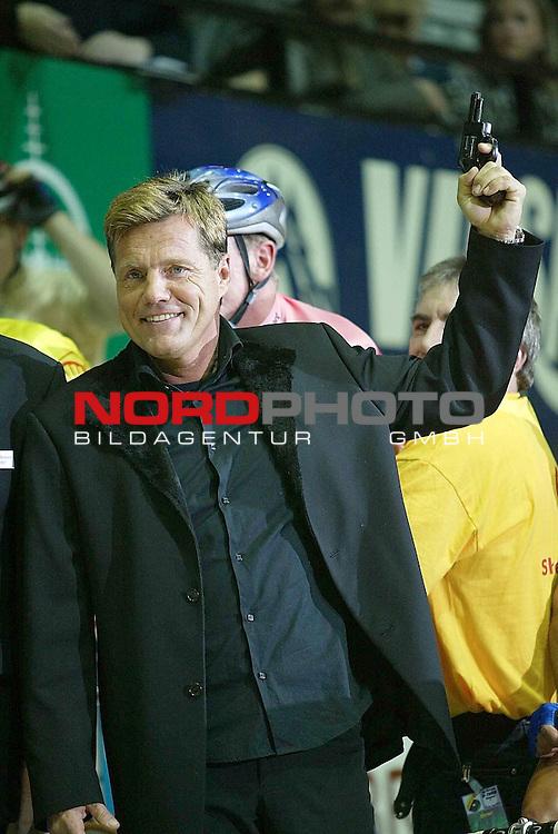 39. Bremer Sechs - Tage - Rennen 2003 in der Bremer Stadthalle<br /> Dieter Bohlen gab bei den 39. Bremer Six Days am Donnerstag abend den Starschuss. Er schickte die 12 Teams auf die Reise<br /> <br /> Foto &copy; nordphoto