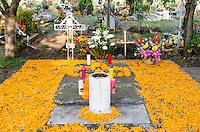 CIDADE DO MÉXICO, MÉXICO, 01.11.2016 - MORTOS-MEXICO -  Movimentação no cemitério San Gregorio Atlapulcono, na região de Xochimilco, nesta terça-feira, 01. (Foto: Bete Marques/Brazil Photo Press)