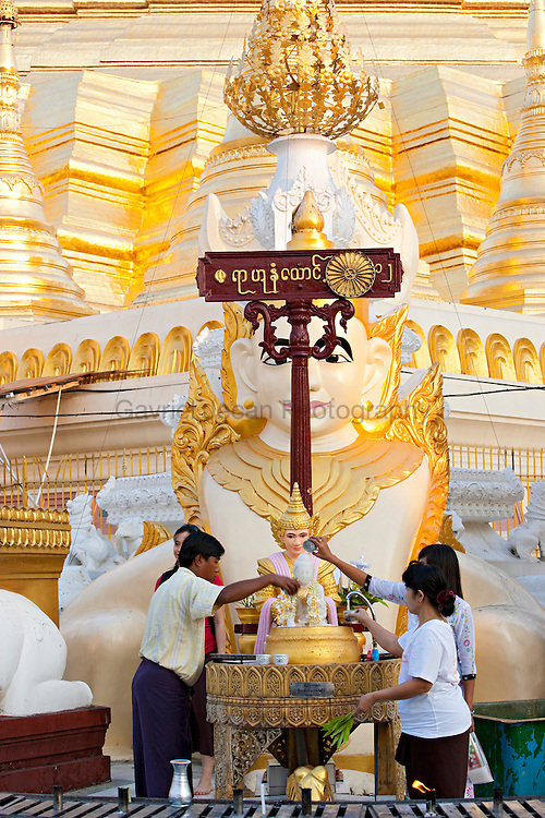 Peopple at Shwedagon pagoda