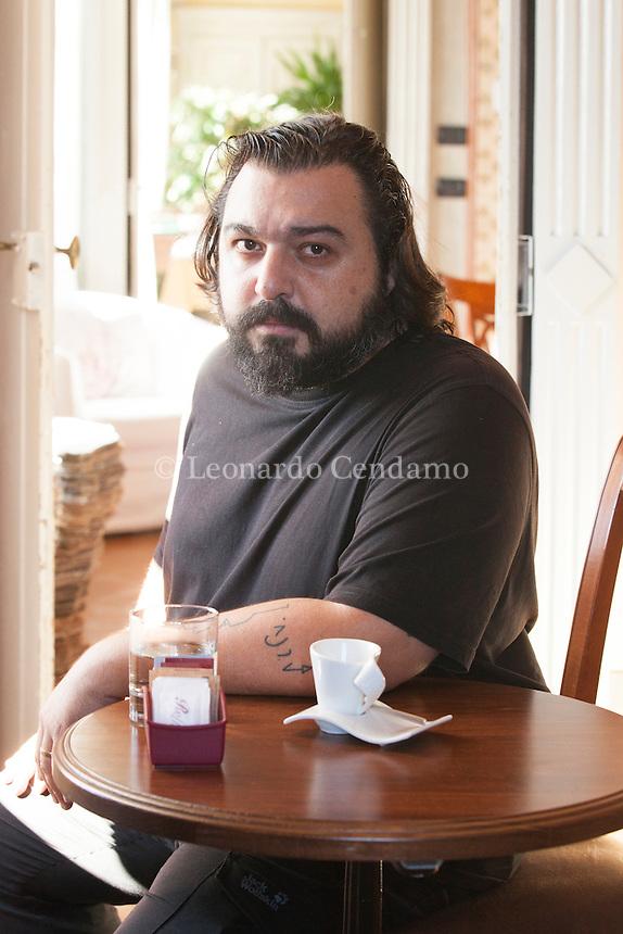 Hakan Günday è uno scrittore turco nato a Rodi nel 1976. Figlio di diplomatici, ha trascorso l'infanzia trasferendosi da una città all'altra, fino a Istanbul, dove attualmente vive. Ha studiato Letteratura presso l'Hacettepe Üniversitesi di Ankara e in seguito Scienze politiche all'Université libre di Bruxelles. Il Germoglio, Premio Bottari Lattes Grinzane, ottobre 2016. © Leonardo Cendamo