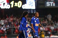 ATENÇÃO EDITOR: FOTO EMBARGADA PARA VEÍCULOS INTERNACIONAIS SÃO PAULO,SP,23 SETEMBRO 2012 - CAMPEONATO BRASILEIRO - SÃO PAULO x CRUZEIRO - Tinhga (e) e Borges jogador do Cruzeiro  durante partida São Paulo x Cruzeiro  válido pela 26º rodada do Campeonato Brasileiro no Estádio Cicero Pompeu de Toledo  (Morumbi), na região sul da capital paulista na tarde deste domingo (23). (FOTO: ALE VIANNA -BRAZIL PHOTO PRESS).
