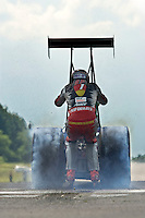 A warm breeze blows over the asphalt of the 1.4 km long runaway of the Meinerzhagen Airport, where the smell of kerosene intermingles with the odor of burning rubber. Extremskater Dirk Auer is keen on experiencing a race by hanging behind a dragster with 1500 horsepowers. He will accelerate from 0 to 100 km/h in 1,1 sec. After a quartermile he reached a top speed of 256 km/h.