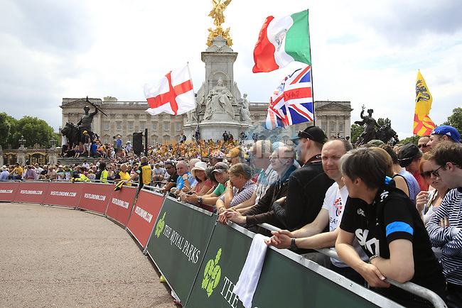 Huge crowds await the riders at Buckingham Palace at the end of Stage 3 of the 2014 Tour de France running 155km from Cambridge to London. 7th July 2014.<br /> Picture: Eoin Clarke www.newsfile.ie