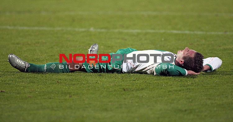 RLN 2007/2008 Hinrunde 07. Spieltag Nachholspiel 10.10.07<br /> Werder Bremen U23 gegen Kickers Emden 2:1<br />  <br /> <br /> Finn Holsing (Bremen U23 #2) erschoepft am boden - <br /> <br /> Foto: &copy; nph ( nordphoto )