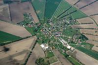 Brunow: EUROPA, DEUTSCHLAND, MECKLENBURG- VORPOMMERN 21.04.2018 Brunow ist eine Gemeinde im Landkreis Ludwigslust-Parchim, grenzt im S&uuml;den an das Land Brandenburg und liegt im nur sehr d&uuml;nn besiedelten Gebiet s&uuml;dwestlich der Ruhner Berge.<br /> Auf dem Luftbild entdeckt man in Brunow ausgepr&auml;gte charakteristische Z&uuml;ge eines Angerdorfes. H&auml;user und Geh&ouml;fte sind sternf&ouml;rmig um einen zentralen Dorfplatz mit Kirche angelegt.