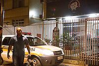 CURITIBA, PR, 11.04.2014 -  PROTESTO DE TRABALHADORES DA ARENA DA BAIXADA - Um grupo de 60 operários da empresa Camargo instalações elétricas  que trabalha nas obras de reforma da Arena da Baixada, em Curitiba, protestaram em frente a umas das entradas do estádio da arena da baixada na noite desta sexta-feira (11), os operários exigem o pagamento de salários atrasados, que deveriam ter sido repassados da CAP S/A, empresa criada pelo Atlético-PR com o objetivo de gerenciar a reforma do estádio, para as empreiteiras contratadas.Os trabalhadores reclamam que as empresas terceirizadas não fizeram o pagamento conforme o combinado.  (Foto: Paulo Lisboa / Brazil Photo Press)