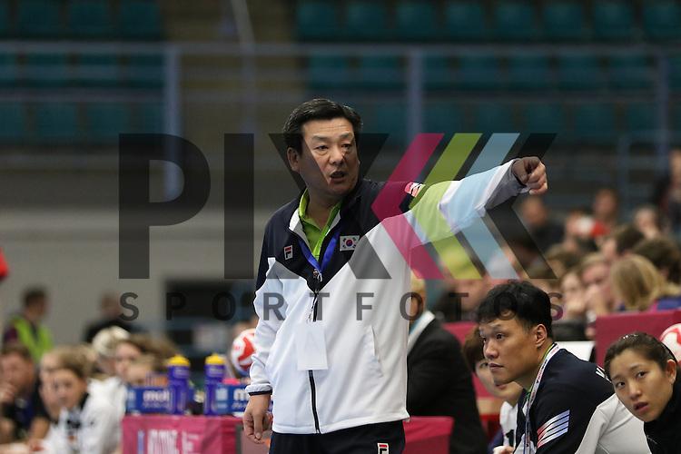 Kolding (DK), 010.12.15, Sport, Handball, 22th Women's Handball World Championship, Vorrunde, Gruppe C, Deutschland-S&uuml;d Korea : Lim Young Chul (S&uuml;d Korea, Trainer)<br /> <br /> Foto &copy; PIX-Sportfotos *** Foto ist honorarpflichtig! *** Auf Anfrage in hoeherer Qualitaet/Aufloesung. Belegexemplar erbeten. Veroeffentlichung ausschliesslich fuer journalistisch-publizistische Zwecke. For editorial use only.
