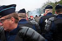 manifestation pour le travail, un manifestante dietro lo sbarramento di polizia