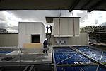 DELFT - In Delft plaatsen medewerkers van Ursem Bouwgroep de laatste wooncontainers van een opmerkelijk woonproject voor studenten. In opdracht van de oudste en grootste studentenhuisvester van Nederland, Duwo, worden 3 permanente woongebouwen neergezet die zijn opgebouwd uit prefab woonelementen maar grotendeels op traditionele wijze, met ondermeer gemetselde buitengevels, worden afgewerkt. De door Mecanoo Architecten ontworpen complexen hebben een betonnen kern met trappenhuis, waar de woonkamers tegenaan gestapeld worden. Met deze werkmethode moet de bouw van de bijna 200 studentenkamers binnen een jaar klaar zijn.  COPYRIGHT TON BORSBOOM