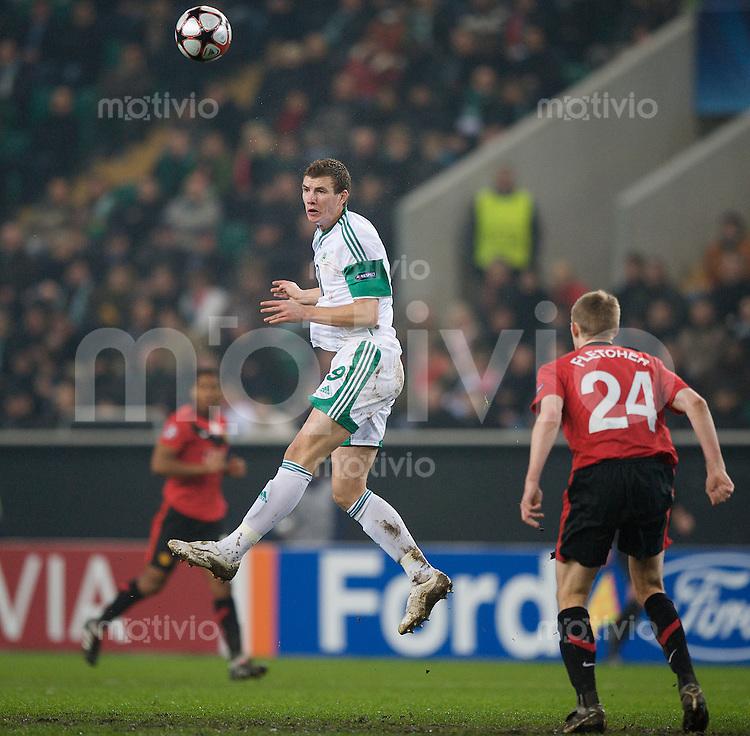 Fussball Uefa Champions League VFL Wolfsburg - Manchester United FC Edin DZEKO (Wolfsburg) gegen Darren FLETCHER (Manchester).