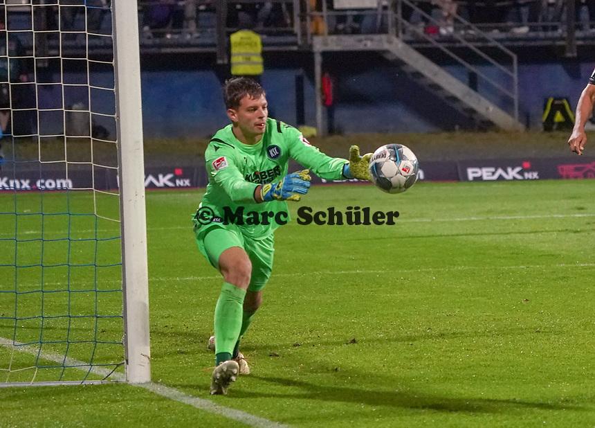 Torwart Benjamin Uphoff (Karlsruher SC) - 04.10.2019: SV Darmstadt 98 vs. Karlsruher SC, Stadion am Boellenfalltor, 2. Bundesliga<br /> <br /> DISCLAIMER: <br /> DFL regulations prohibit any use of photographs as image sequences and/or quasi-video.