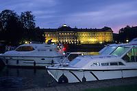 Europe/France/Alsace/67/Bas-Rhin/Saverne : Navigation fluviale sur le bateau du canal et château des Rohan au crépuscule