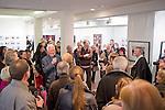 Der weltbekannte deutsche Fotograf Robert Lebeck eröffnete am 18.03.2011 seine Ausstellung in der Lumas-Galerie in Düsseldorf. Hier steht er inmitten seines Auditoriums bei einem Interview.. / .The world-renowned german photographer Robert Lebeck openend his exibition in the Lumas Gallery in Düsseldorf on 2011-03-18. Here he stands amidst his audience while interviewed.