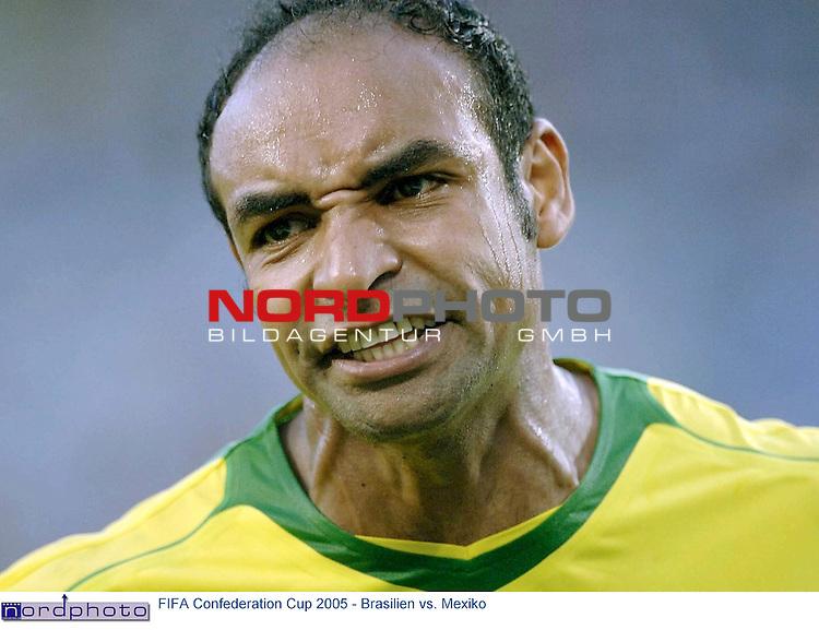 FIFA Confederations Cup 2005   Spiel-07<br /> <br /> Brasilien vs. Mexiko<br /> <br /> <br /> <br /> Emerson (Brasilien) ist veraergert ueber die Schiedsrichterentscheidung im Spiel gegen Mexico.<br /> <br /> <br /> <br /> Foto &copy; nordphoto